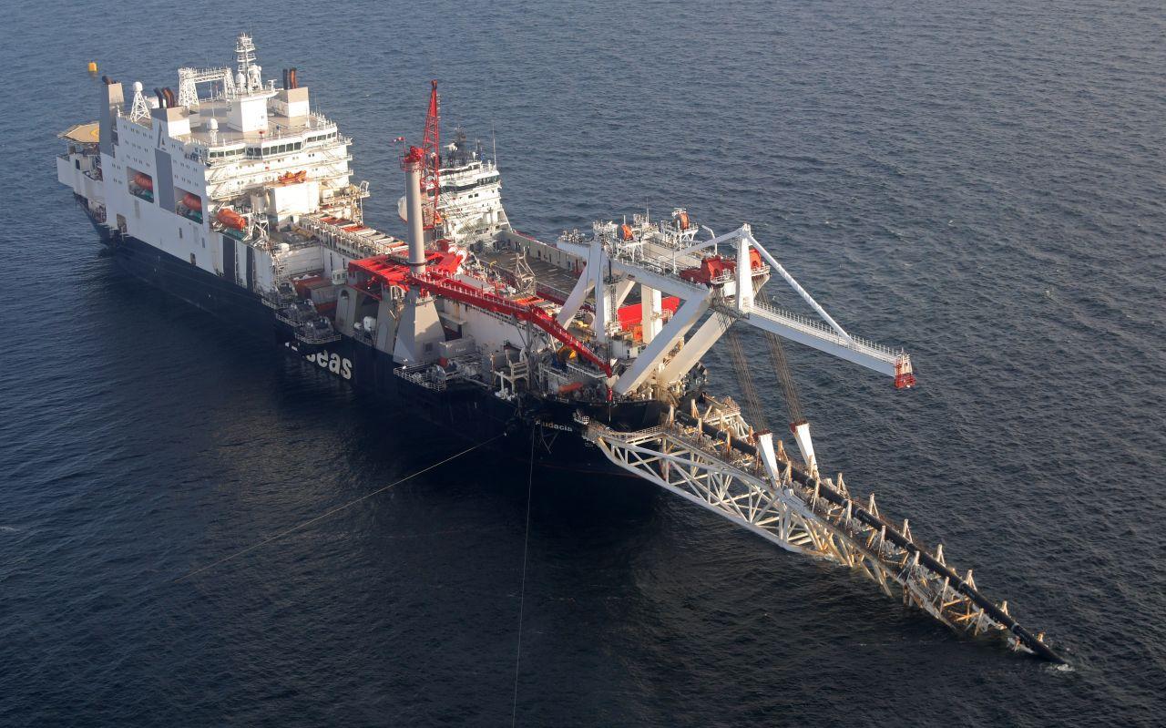 Ein Verlegeschiff beim Verlegen der Nord Stream 2 Gas-Pipelines.