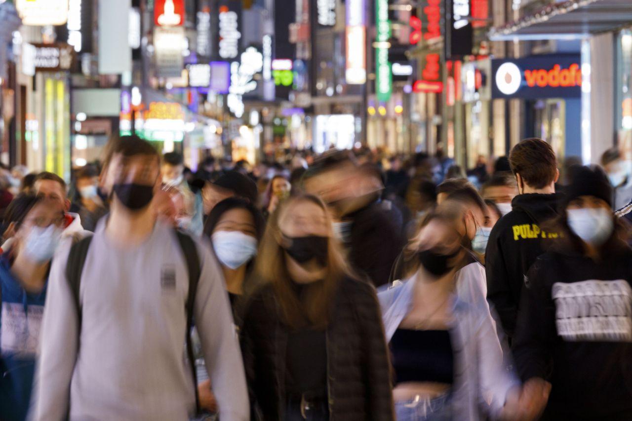 Köln: Menschen in der Hohe Straße, wo aufgrund des engen Abstandes zwischen den Passanten Maskenpflicht gilt.