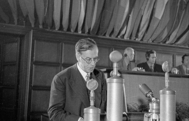 Der Biologe und Schriftsteller Julian Huxley bei einer Rede 1948.