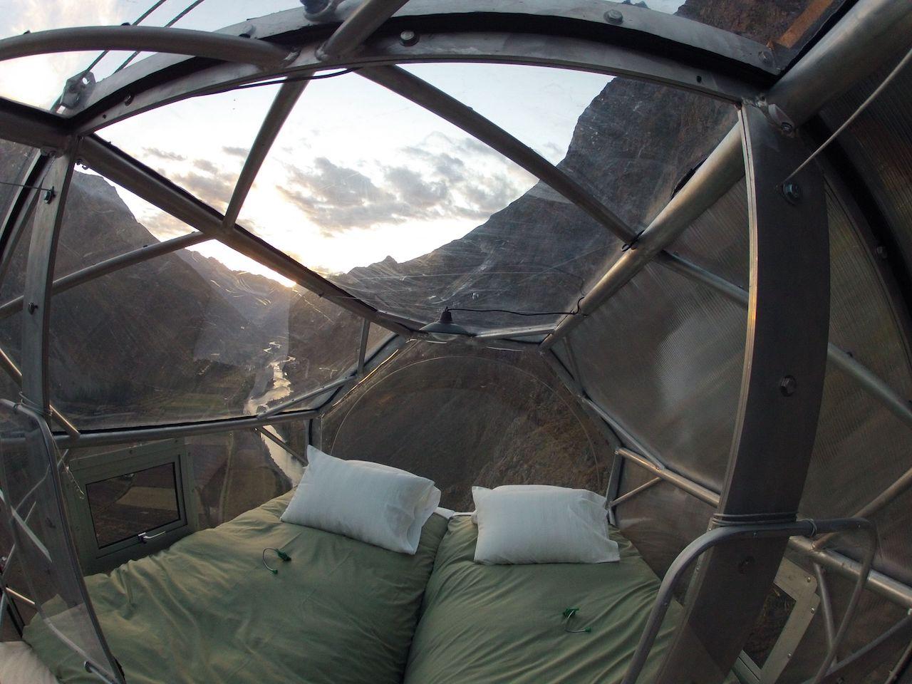 Das Bett in einer Sky Lodge. Von Natura Vive in Peru. Hier fällst du auch nicht aus dem Bett. Warum fallen wir nicht aus dem Bett? Ungewöhnliche Schlaforte.