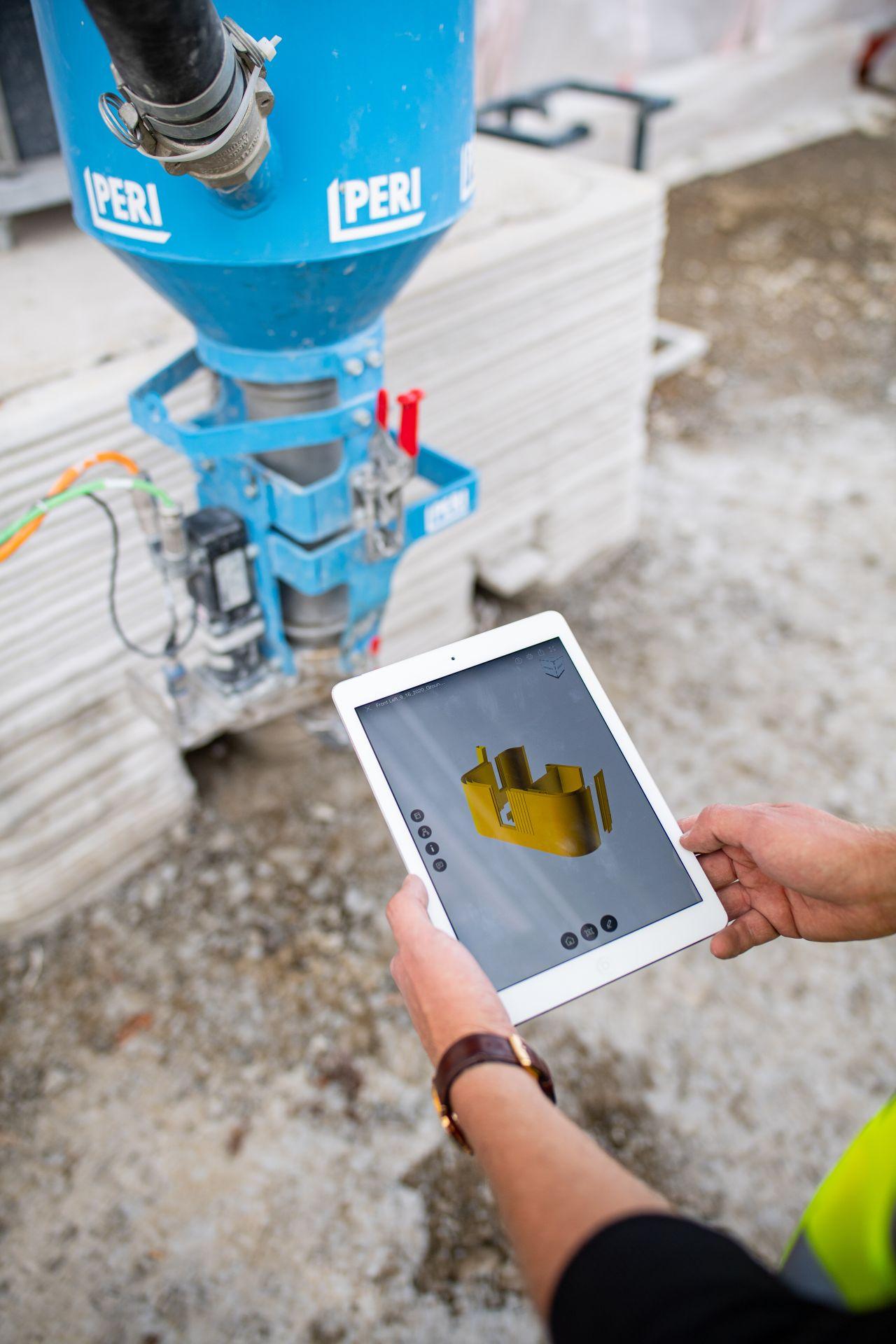 Mitarbeiter mit i-Pad vor 3D-Drucker