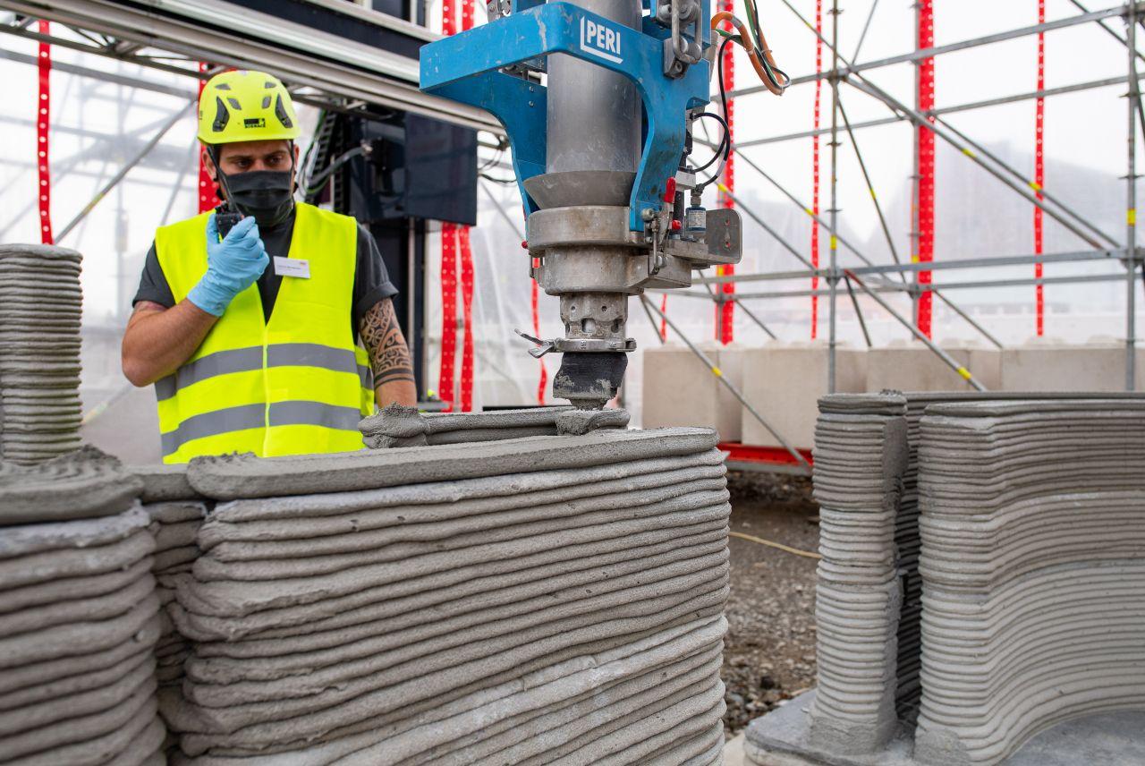 Futuristischer Bauarbeiter auf der Baustelle