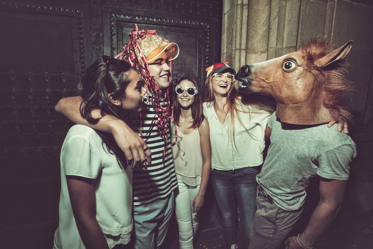 Teenager feiern verkleidet eine Party.