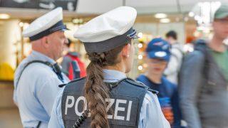 Polizistin in Uniform