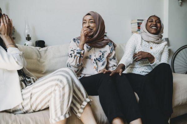 Frauen lachen zusammen