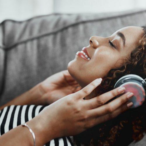 ASMR wird durch die Verwendung von Kopfhörern deutlich verstärkt. Hier wird auch der binaurale Effekt wahrgenommen.