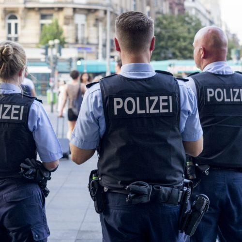 Deutsche Polizist*innen in Uniform. Doch was dürfen sie überhaupt? Und was nicht?