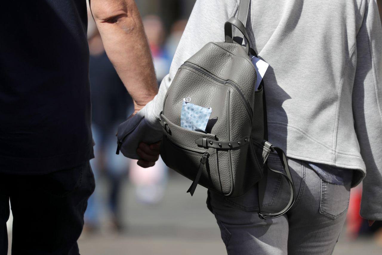 Frau trägt einen Rucksack.
