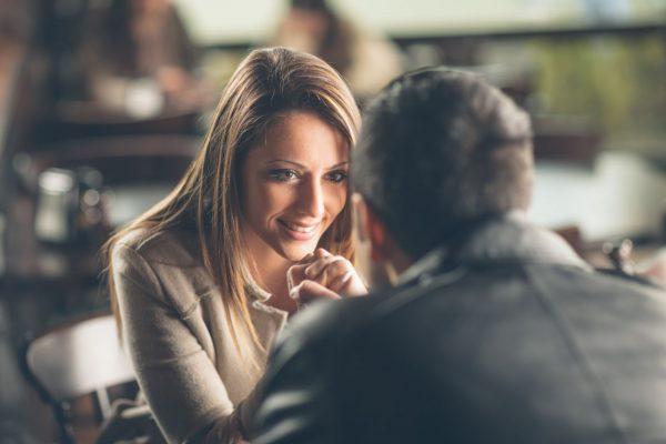 Pärchen schaut sich romantisch in die Augen (Getty Images)