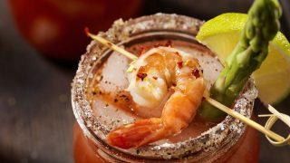 Caesar Cocktail mit Shrimp-Garnitur