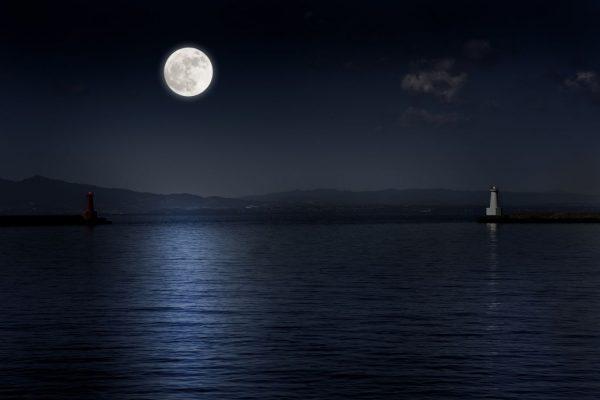 Der Mond spiegelt im Meer