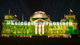 """Das Reichstagsgebäude als Projektionsfläche der """"Kein Geld für Gestern""""-Aktion"""