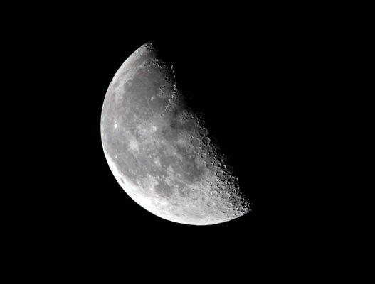 """Ist die Mondsichel gebogen wie bei der """"Klammer auf: ("""", spricht man vom abnehmenden Mond."""