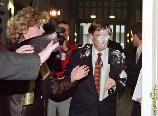 Bill Gates mit Sahnetorte im Gesicht