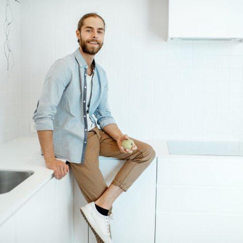 Mann in minimalistischer Küche