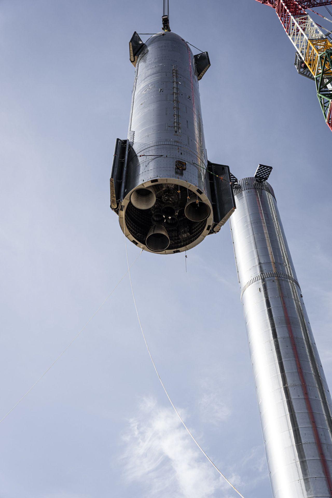 Starship die größte Rakete der Welt am Kran