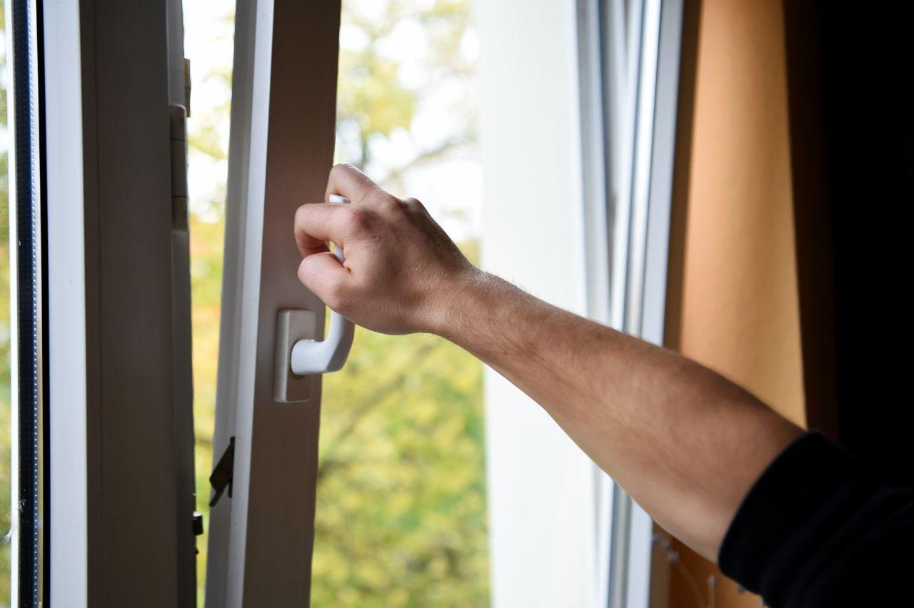 Bei einem gekippten Fenster wird die Luft nicht regelmäßig ausgetauscht. Dabei hilft das, die Viruslast zu senken. Daher: Querlüften!