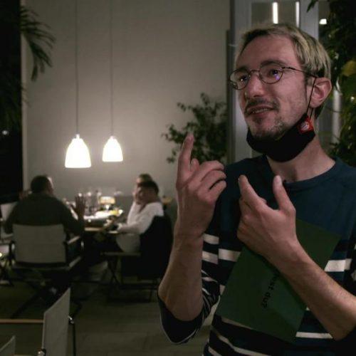 In Deutschland leben rund 80.000 Gehörlose. Viele verständigen sich über Gebärdensprache.