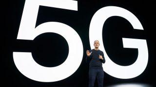 Tim Cook, Chef (CEO) von Apple, vor einem 5G-Schriftzug. Apple macht sein iPhone fit für den superschnellen 5G-Datenfunk.
