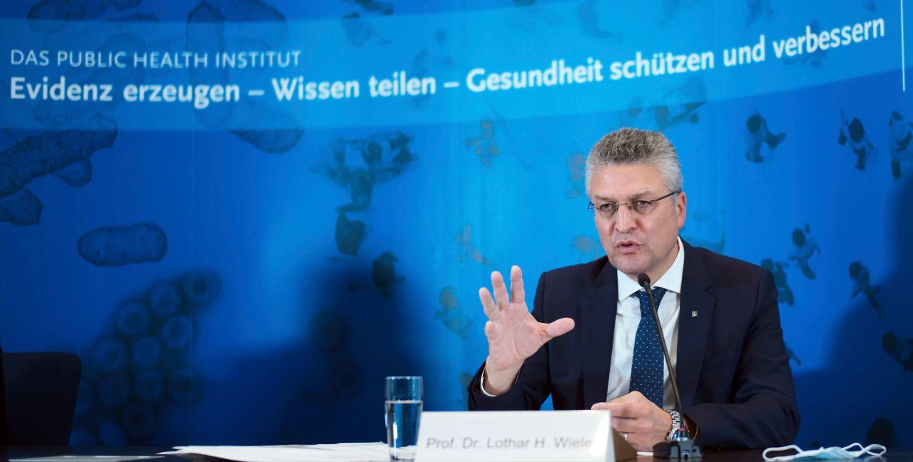 RKI-Präsident Lothar Wieler appellierte in einer Pressekonferenz angesichts der stark steigenden Corona-Fallzahlen an die Menschen in Deutschland, unbedingt die Corona-Regeln einzuhalten. Ein Großteil der Menschen stecke sich (...) im privaten Umfeld an.