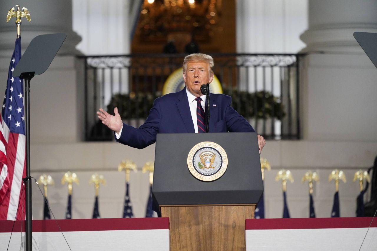 Donald Trump hält eine Rede vor dem Weißen Haus