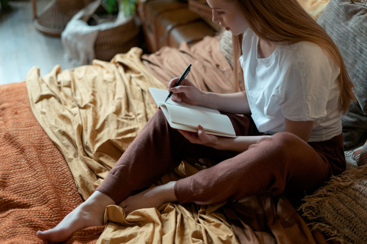Frau beim journaling
