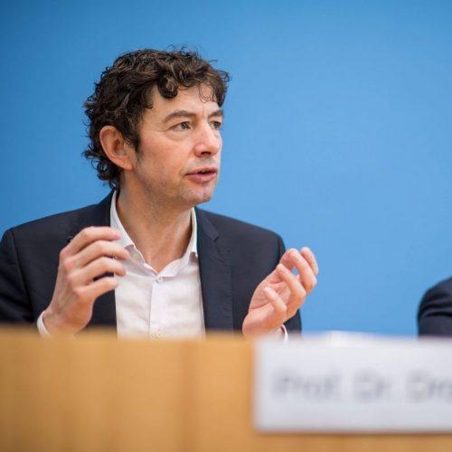 Christian Drosten ist ein deutscher Virologe, der sich unter anderem auch mit Covid-19 beschäftigt.