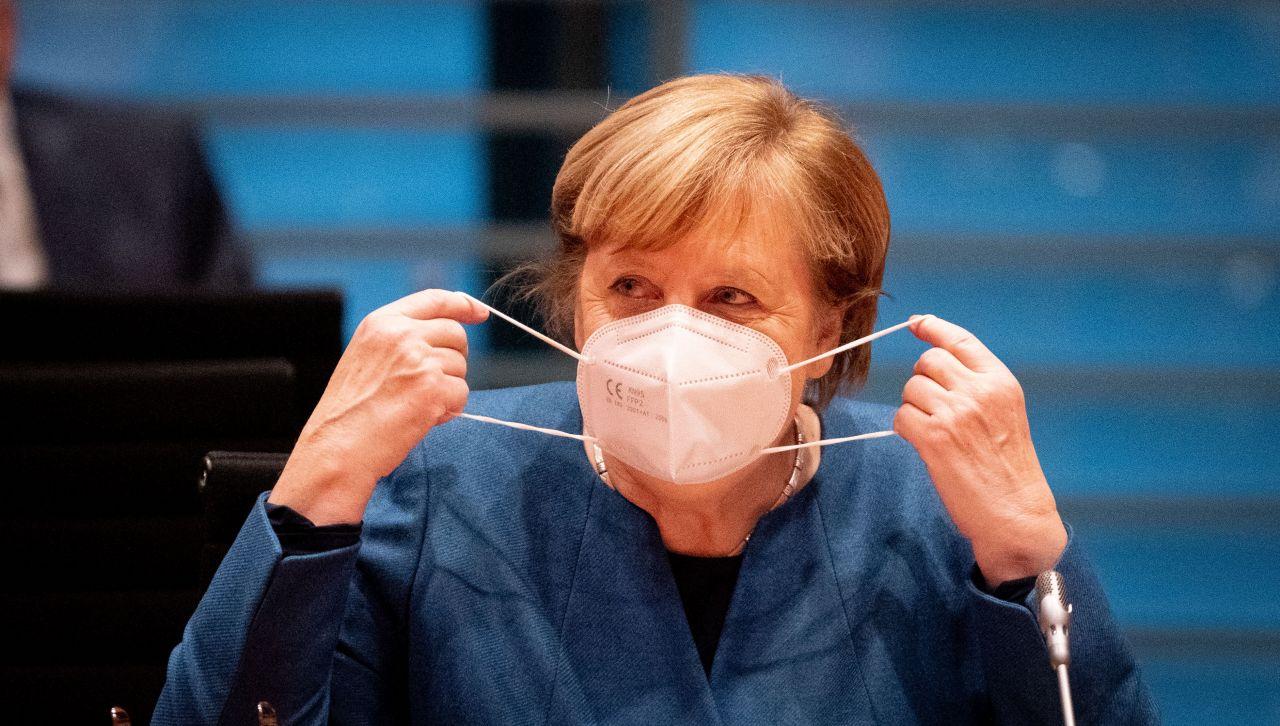 Bundeskanzlerin Angela Merkel (CDU) setzt zu Beginn der Sitzung des Bundeskabinetts im Bundeskanzleramt die Mund-Nasenbedeckung ab. Der Bund will mit drastischen Kontaktbeschränkungen die massiv steigenden Corona-Infektionszahlen in den Griff bekommen.