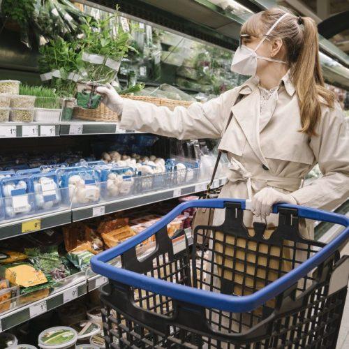 Wie teuer ein Lebensmittel ist sagt nichts über den ökologischen Fußabdruck aus. Wie viel müssten Fleisch, Obst und Co. eigentlich kosten?