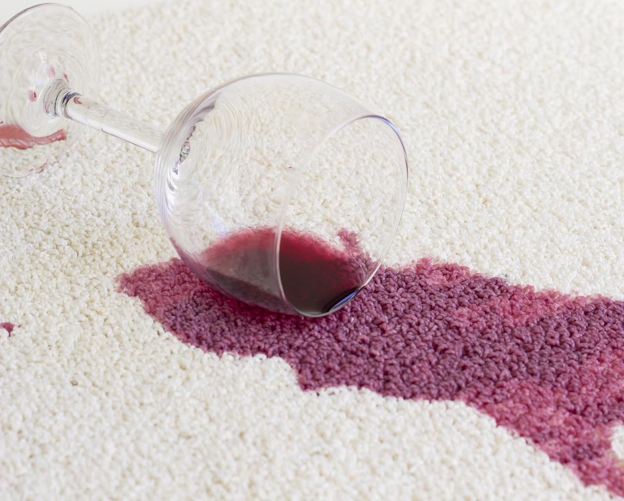 Haushaltsmythen im Check: hilft Salz gegen einen Rotweinfleck?