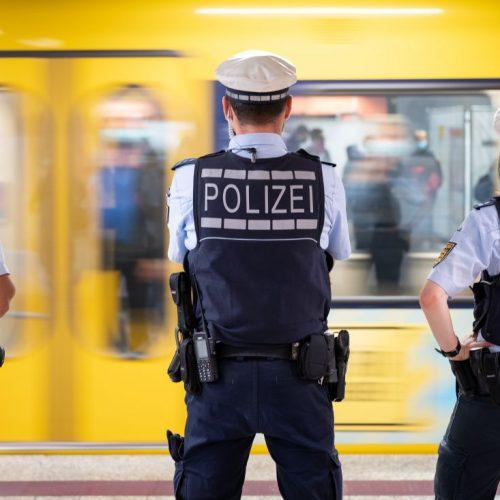 Polizeibeamte kontrollieren an einer Haltestelle im öffentlichen Nahverkehr die Einhaltung der Maskenpflicht. Angesichts steigender Corona-Infektionszahlen beraten Bundeskanzlerin Merkel (CDU) und die Ministerpräsidenten der Länder am 13. Oktober über das weitere Vorgehen zum Eindämmen der Pandemie.
