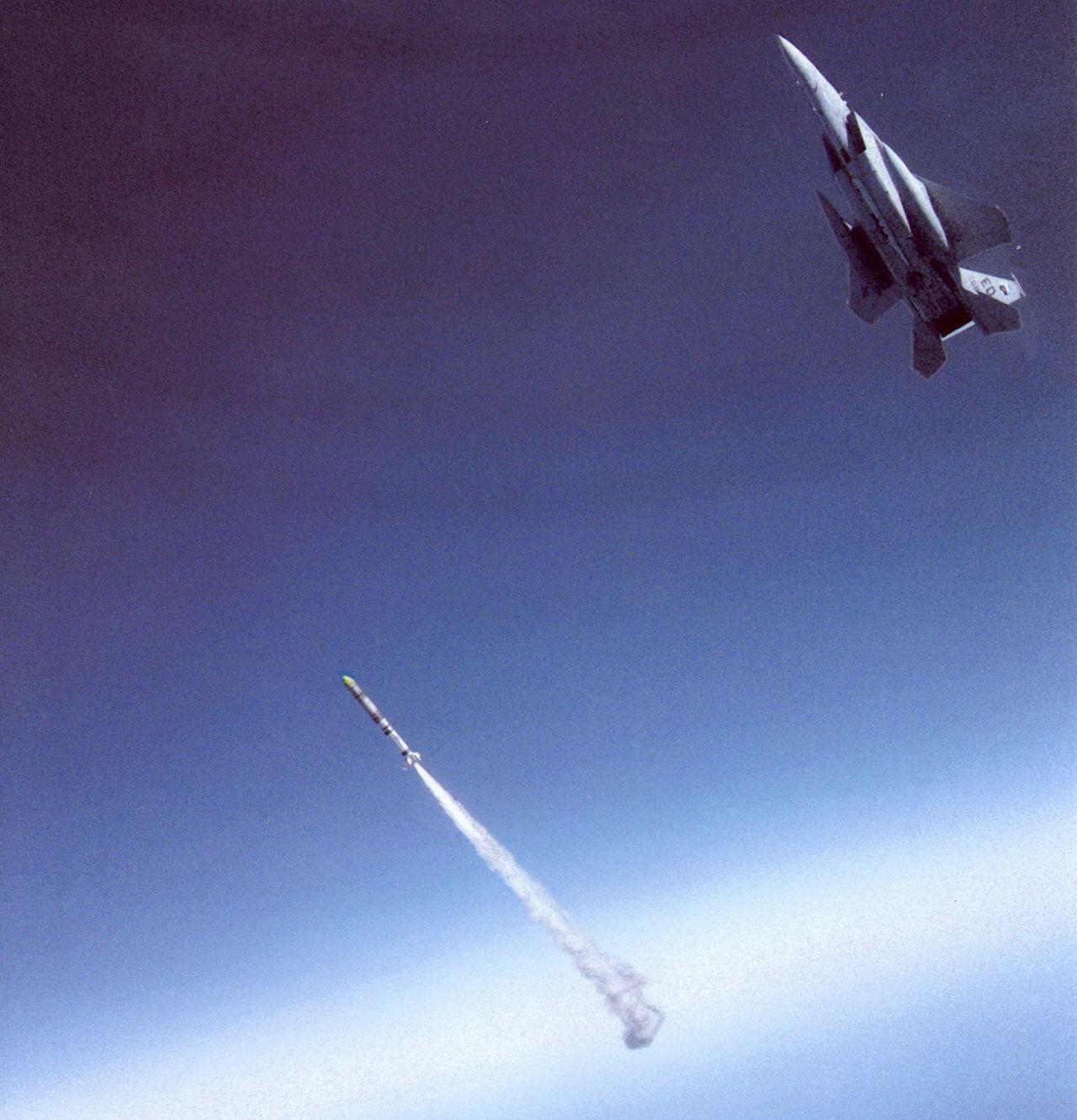 Kampfjet schießt Rakete ab.