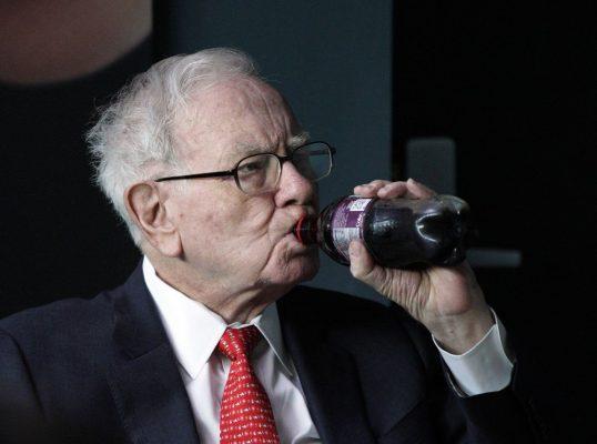 Warren Buffett beim Cola-Trinken