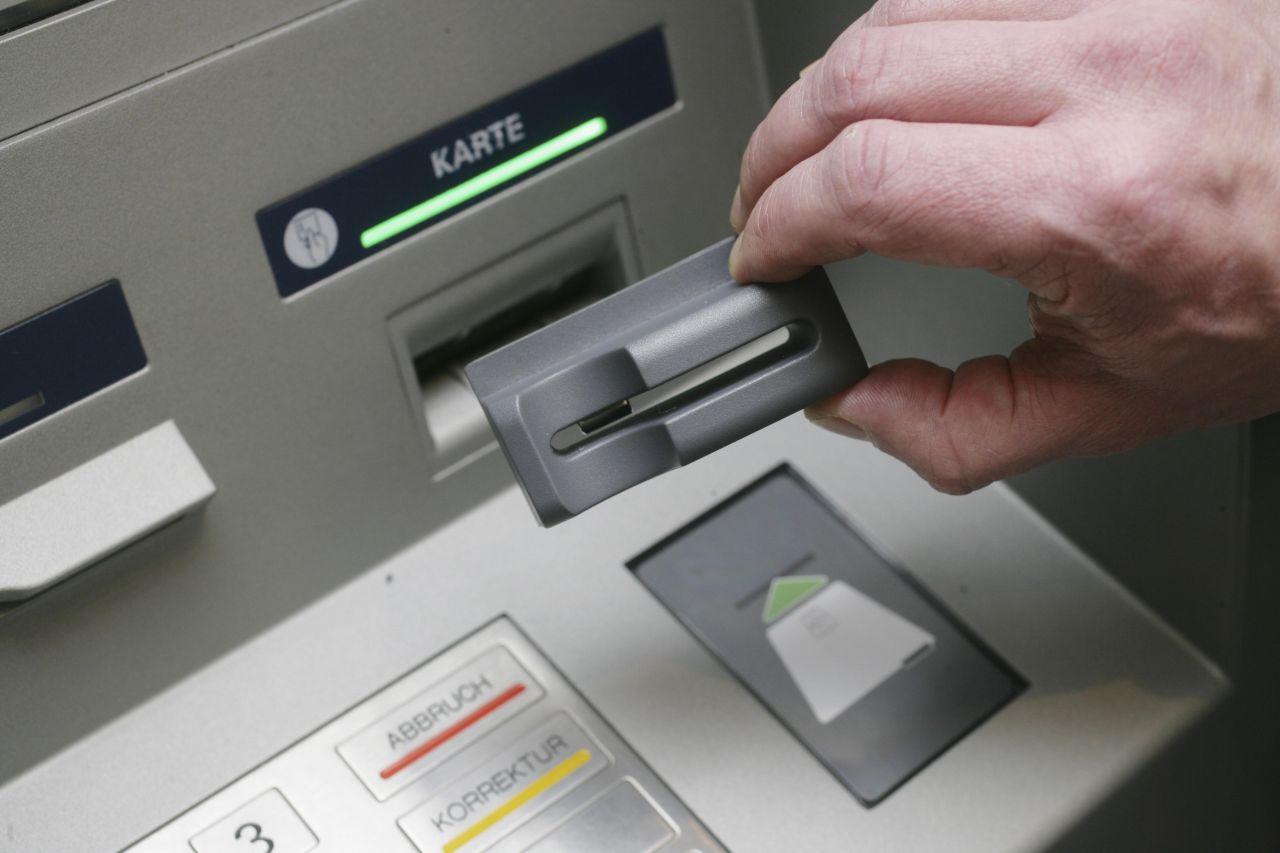 Mit diesem Gerät spähen Kriminelle die Kartendaten von EC-Karten an einem Geldautomaten aus! Tipps beim Geld abheben: Lass dich nicht ablenken und behalte die Schaltfläche immer im Blick. Dir kommt etwas verdächtig vor? Dann brich den Vorgang sofort ab!