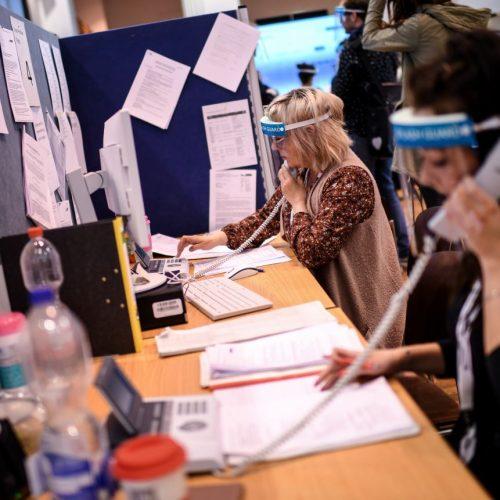Mitarbeiter des Gesundheitsamtes telefonieren