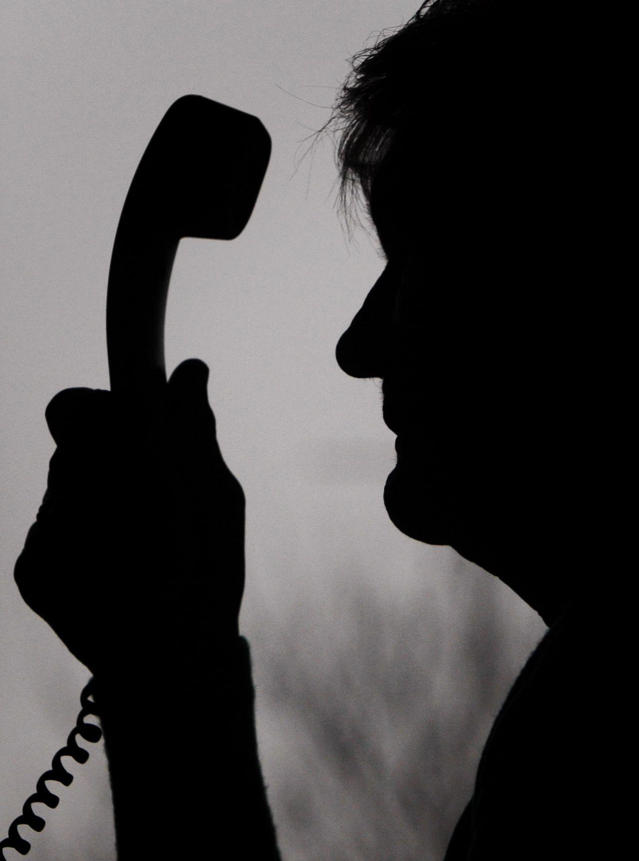 Ein Anruf von einer vermeintlichen Behörde, um Kontodaten einzufordern oder vom angeblichen Enkel, der die Großeltern um 15.000 Euro für eine Corona-Behandlung bittet. Betrug am Telefon ist vielfältig. Merke: Niemals am Telefon Kontodaten oder Passwörter preisgegeben! Generell solltest du Geld nur auf schriftliche Aufforderung überweisen.