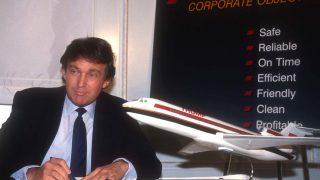 Donald Trump unterschreibt Vertrag