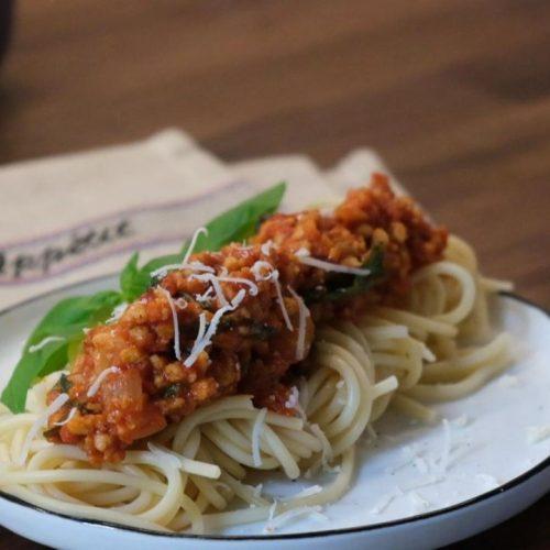 Vegetarische Bolognese zum Nachkochen testet unsere Reporterin Julia selbst aus.