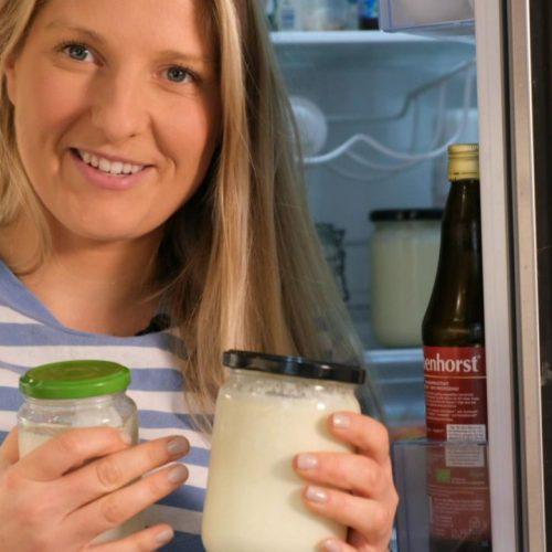 Wir zeigen dir, wie du veganen Joghurt aus Kokos- oder Sojamilch selbst machen kannst.