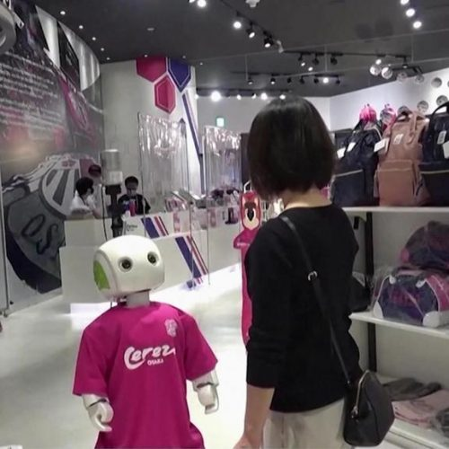 Corona-Roboter im Einkaufszentrum