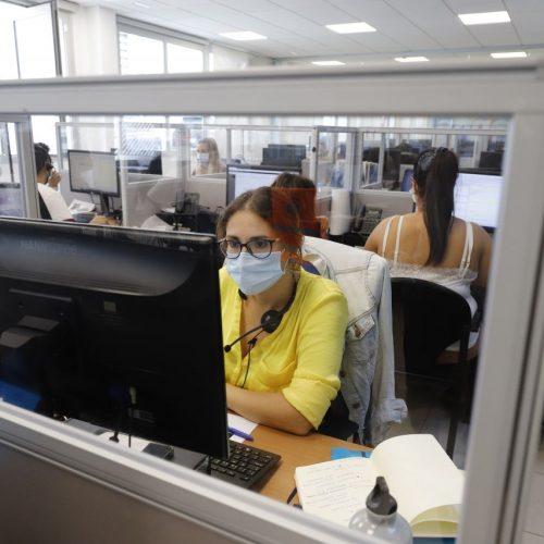 Büromitarbeiterin mit Maske. Wie stark das Risiko einer Ansteckung mit Corona über Aerosole ist, zeigt dieses Programm.