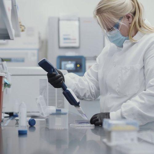 Eine Mitarbeiterin der Biotech-Firma Moderna arbeitet am neuen Corona-Impfstoff.