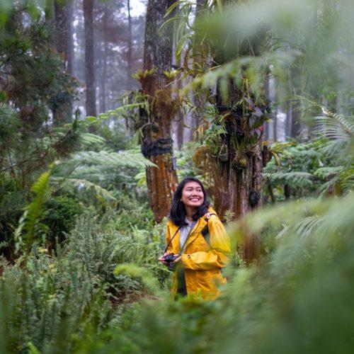 Eine Frau genießt die Natur rund um sich.
