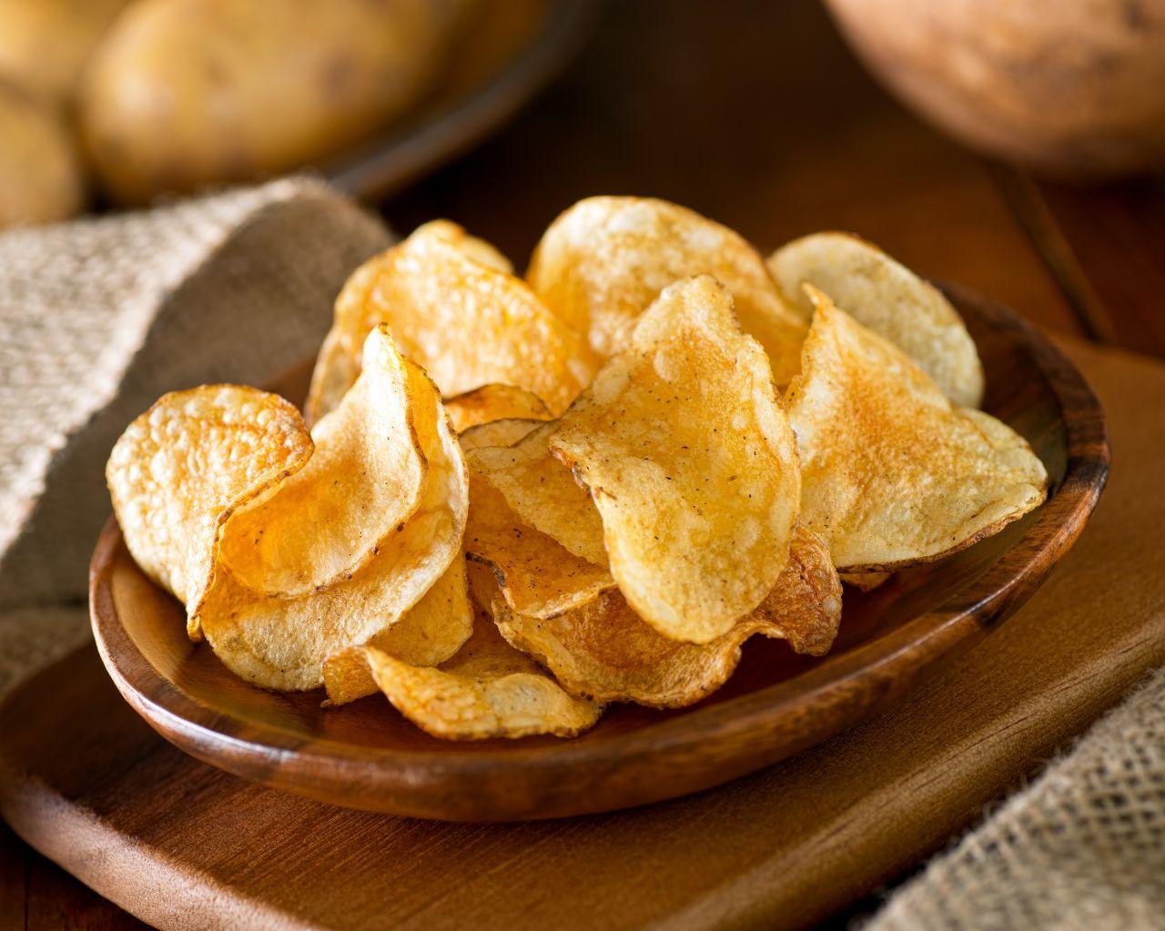 Kartoffel-Chips in einer Schüssel