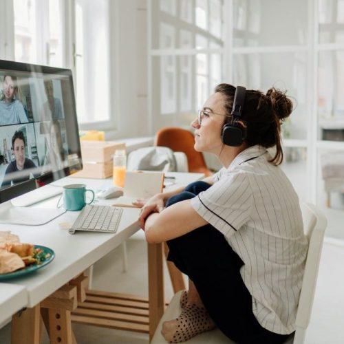 Junge Frau im Home Office am Schreibtisch