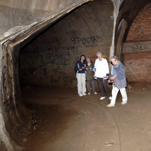 Touristen erkunden den Lost Place Ostwall. Sie befinden sich in den Gängen der Bunkeranlage der ehemaligen Nazi-Festungsfront.