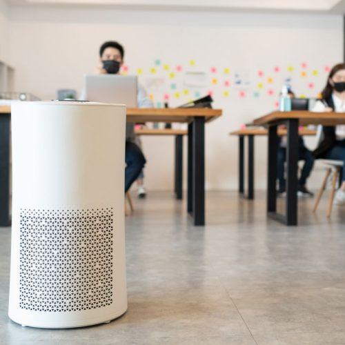 Luftfilter in Raum mit zwei Menschen