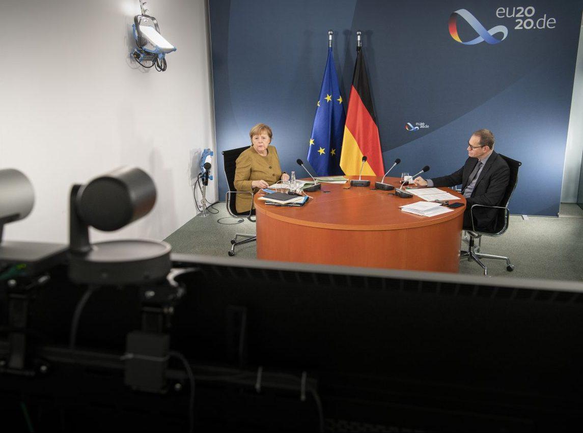 Bundeskanzlerin Angela Merkel (CDU) und der Regierende Bürgermeister von Berlin, Michael Müller (SPD), zu Beginn der Videokonferenz mit den Ministerpräsidenten der Länder sowie Mitgliedern der Bundesregierung über den Kurs im Kampf gegen die Corona-Pandemie bis zum Jahresende.