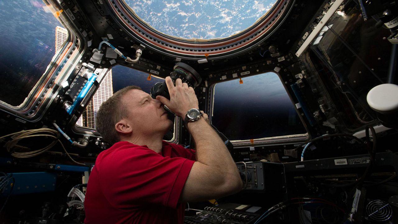 NASA-Astronaut Terry Virts beim Fotografieren