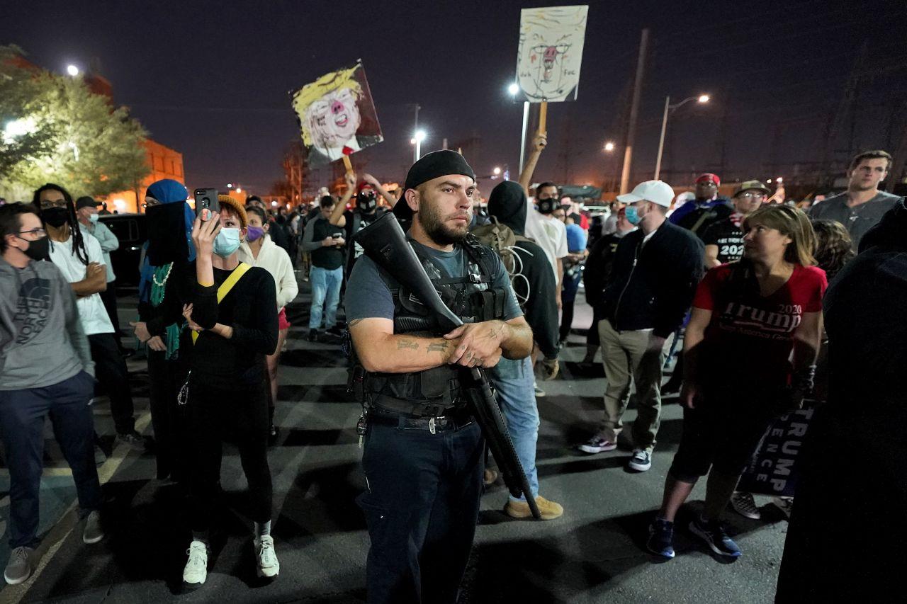 Vor einem Behördengebäude in Arizona, in dem Stimmen der US-Präsidentenwahl ausgezählt werden, hat sich in der Nacht zum Donnerstag eine große Gruppe von Anhängern des Präsidenten Donald Trump versammelt. Mehrere unter ihnen hätten Waffen wie Automatik-Gewehre gehabt, berichtete eine Korrespondentin des Nachrichtensenders CNN in einer Live-Schaltung.
